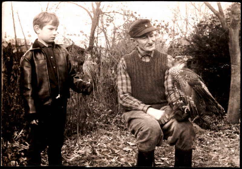 Uwe Jacob mit seinem Großvater und seinem Tinnunculus